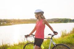 Natuurlijk portret van jonge rustige Kaukasische vrouwelijke fietser die hebben Stock Foto's