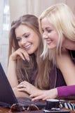 Natuurlijk Portret van Twee Gelukkige Kaukasische Meisjes die Laptop met behulp van royalty-vrije stock fotografie