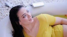 Natuurlijk positief mollig de vrouwenbad van het schoonheidslichaam stock videobeelden
