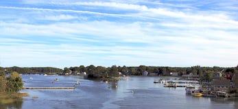 Natuurlijk rivieroeverlandschap met een kleine haven dichtbij Portland, Maine royalty-vrije stock fotografie
