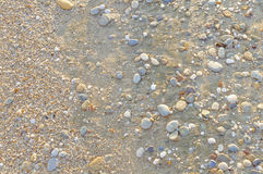 Natuurlijk rond gemaakte grint op zee kust, aard overzeese achtergrond Stock Foto's