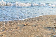 Natuurlijk rond gemaakte grint op zee kust, aard overzeese achtergrond Royalty-vrije Stock Foto's