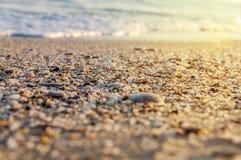 Natuurlijk rond gemaakte grint op zee kust, aard overzeese achtergrond Royalty-vrije Stock Fotografie