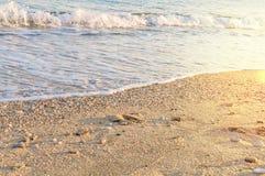 Natuurlijk rond gemaakte grint op zee kust, aard overzeese achtergrond Royalty-vrije Stock Afbeelding