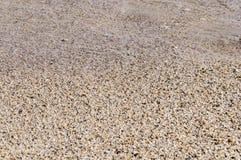 Natuurlijk rond gemaakte grint op zee kust, aard overzeese achtergrond Royalty-vrije Stock Afbeeldingen