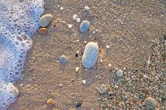 Natuurlijk rond gemaakte grint op zee kust, aard overzeese achtergrond tex Stock Foto's