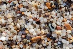 Natuurlijk rond gemaakte grint op zee kust, de achtergrond t van het aardstrand Royalty-vrije Stock Fotografie