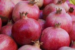 Natuurlijk Rood Autumn Pomegranates in Mahane Yehuda in Jeruzalem, Israël Royalty-vrije Stock Fotografie