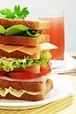 Natuurlijk sandwich en aardbeisap op houten achtergrond stock afbeelding