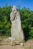 Natuurlijk standbeeld, dolmen, van de monnik van het eiland met de monniken in Bretagne Cromlech van Kergenan stock fotografie