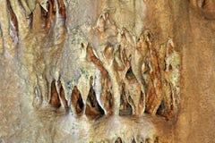 Natuurlijk textuurbeeld van leuk natuurlijk hol met zandige muren en vormingen van stalactieten overal - Marmeren Hol, de Krim stock foto's