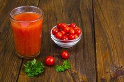 Natuurlijk vers gedrukt tomatesap in glas stock afbeelding