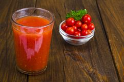 Natuurlijk vers gedrukt tomatesap in glas royalty-vrije stock afbeelding