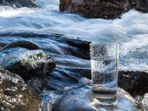 Natuurlijk water in een glas stock foto's