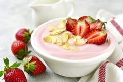 Natuurlijke aardbeiyoghurt met verse bes Royalty-vrije Stock Foto