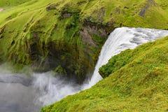 Natuurlijke aardige en mooie waterval op IJsland stock afbeelding