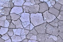Natuurlijke abstracte textuur als achtergrond van droge gebarsten heldere kalksteengrond in Turkije stock fotografie