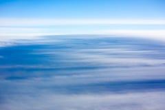 Natuurlijke achtergrond: de wolken zien van vliegtuig stock foto