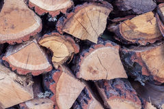 Natuurlijke achtergrond van droge houten logboekenopstelling in koord stock fotografie