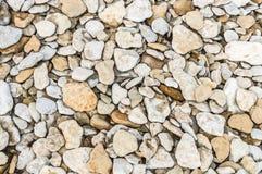 Natuurlijke achtergrond van ruwe keien en kiezelstenen Royalty-vrije Stock Foto's