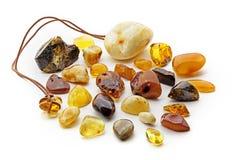 Natuurlijke amber Vele stukken verschillende kleuren van natuurlijke amber op witte achtergrond royalty-vrije stock afbeelding