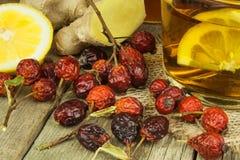 Natuurlijke behandeling voor koude en griep De honingsknoflook van de gembercitroen en rozebottelthee tegen griep Hete thee voor  Stock Fotografie