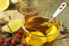 Natuurlijke behandeling voor koude en griep De honingsknoflook van de gembercitroen en rozebottelthee tegen griep Hete thee voor  Royalty-vrije Stock Fotografie