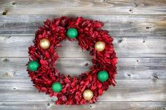 Natuurlijke bladkroon, met ornamenten, voor de seizoengebonden vakantie o Stock Fotografie