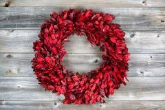 Natuurlijke bladkroon voor de seizoengebonden vakantie op rustiek hout Royalty-vrije Stock Foto