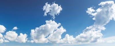 Natuurlijke blauwe bewolkte hemel Panoramische achtergrond stock fotografie