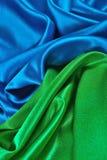 Natuurlijke blauwe en groene satijnstof als achtergrond Stock Afbeelding