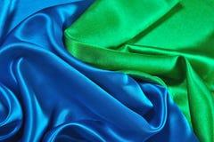 Natuurlijke blauwe en groene satijnstof als achtergrond Stock Foto