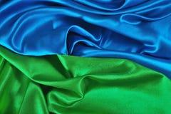 Natuurlijke blauwe en groene satijnstof als achtergrond Stock Foto's