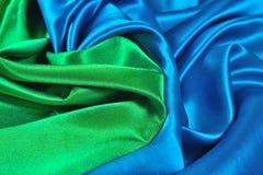Natuurlijke blauwe en groene satijnstof als achtergrond Stock Afbeeldingen