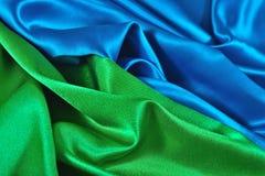 Natuurlijke blauwe en groene satijnstof als achtergrond Royalty-vrije Stock Foto's