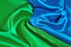 Natuurlijke blauwe en groene satijnstof als achtergrond Royalty-vrije Stock Fotografie