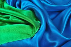 Natuurlijke blauwe en groene satijnstof als achtergrond Royalty-vrije Stock Afbeeldingen