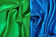Natuurlijke blauwe en groene satijnstof als achtergrond Royalty-vrije Stock Afbeelding