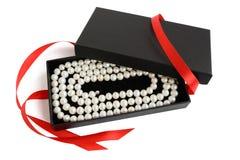 Natuurlijke bleke parelhalsband in geopende zwarte giftdoos Royalty-vrije Stock Afbeelding