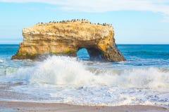 Natuurlijke boogrots in Santa Cruz, Californië stock afbeelding
