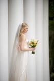 Natuurlijke bruid onder kolommen Stock Afbeelding