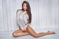 Natuurlijke donkerbruine vrouw met slank lichaam royalty-vrije stock foto