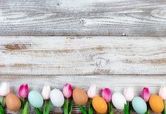 Natuurlijke eieren en roze tulpen voor Pasen-vakantie op rustieke houten Stock Foto