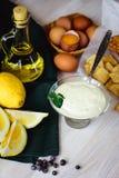 Natuurlijke eigengemaakte mayonaise, ingrediënten voor het koken van saus stock afbeeldingen