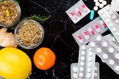 Natuurlijke geneeskunde versus conventioneel geneeskundeconcept Stock Foto