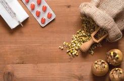 Natuurlijke geneesmiddelen met pillen Stock Fotografie