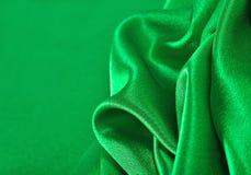 Natuurlijke groene de textuurachtergrond van de satijnstof Royalty-vrije Stock Foto's
