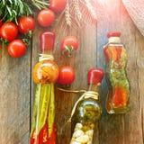 Natuurlijke groenten en eigengemaakt ingeblikt voedsel op een rustieke houten lijst, vierkante richtlijn royalty-vrije stock afbeeldingen