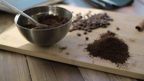Natuurlijke grondkoffie in een kom stock videobeelden