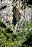 Natuurlijke Holte op Cliff Of Vrachanski Mountains, Bulgarije stock fotografie